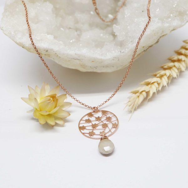 collier or rose fleurs